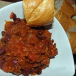 Chilli con carne z bagietką