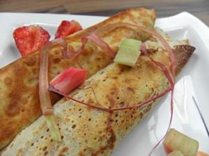 Naleśniki z rabarbarem i truskawkami