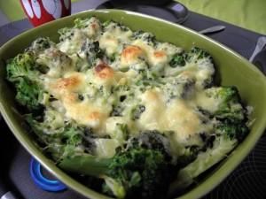 zapiekanka z brokułami, kurczakiem i makaronem